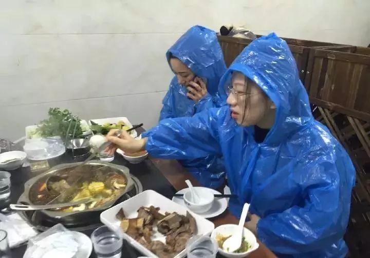 4姑娘吃火鍋照片驚呆網友:高手,這真是吃貨界高手