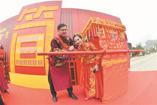 泉港区15对新人举行集体婚礼 乘公交车逛新城传承传统习俗