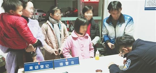 暖心!南安一名2岁女孩街上走失 幸亏遇到他们