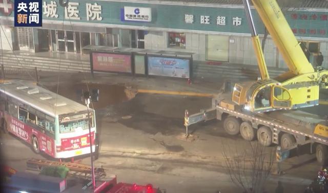 青海西宁路面塌陷事故现场图